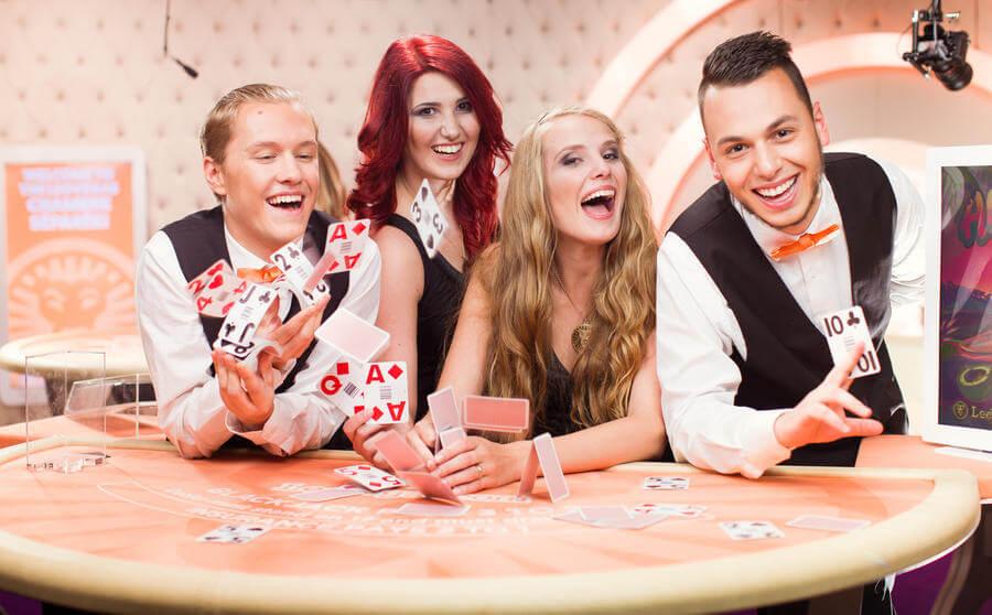 "Gioca al gioco del blackjack sociale ""Celebrity Blackjack Party"" al casinò live speciale LeoVegas Chambré Separée."