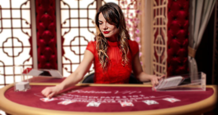 blackjack dal vivo dealer di italiano che sorride e distribuisce carte