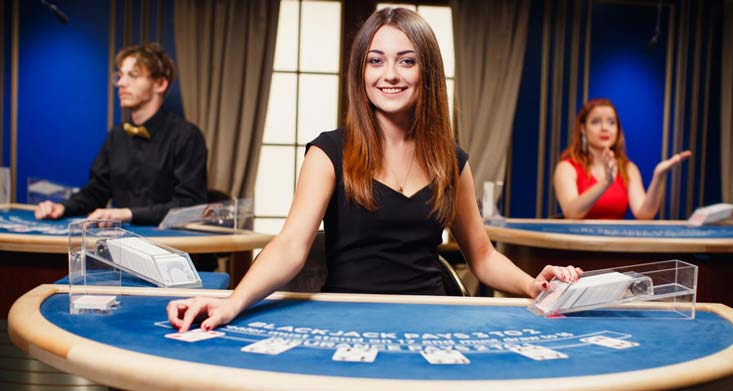 sorridente venditore di blackjack femminile